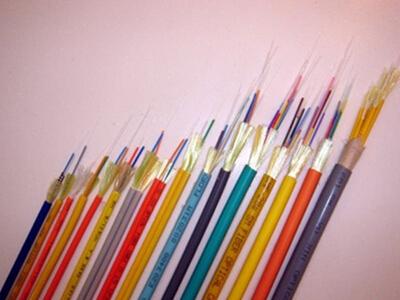 金属构件、紧套光纤、聚乙烯护套室内配线光缆GJPJY