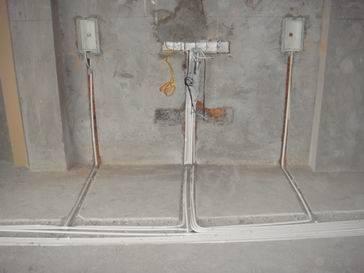 家庭弱电布线的目的是共享网络、电话、有线电视等资源,最好主要的房间这三种接口都有。  1、家庭弱电布线的目的是共享网络、电话、有线电视等资源,最好主要的房间这三种接口都有。网络、电话、有线电视家用的分频设备一般都是一入四出(多的也有,比较贵),如果是两室一厅一般可在客厅、主卧、次卧留网络、电话、电视接口,餐厅留电视接口,卫生间留电话接口。如果房间更多,可以选择预留;也可以先把线都跑出来,放在弱电配电箱中,需要时可以更换通向各个房间的插头。音频、视频有所不同,虽然也能分频共享,但在家里基本上同一时间只能为一